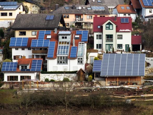házak napelemekkel a tetejükön