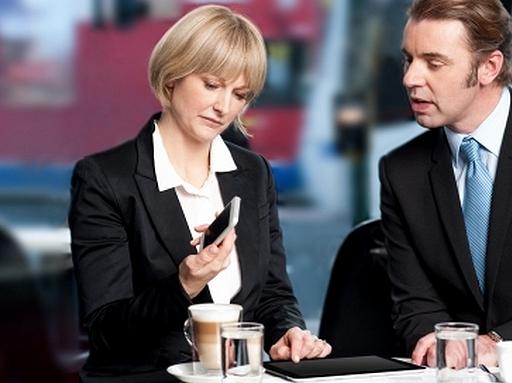 két ember egy okostelefont nézeget érdeklődve