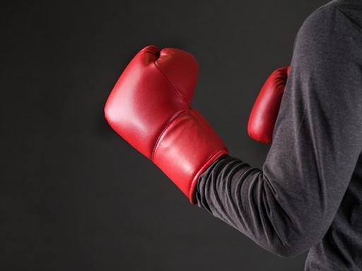kéz bokszkesztyűben