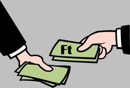 egy kéz pénzt tesz egy másikba