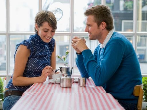 két ember kávézik