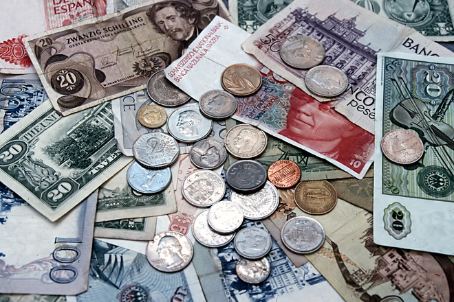pénz egymásra dobálva