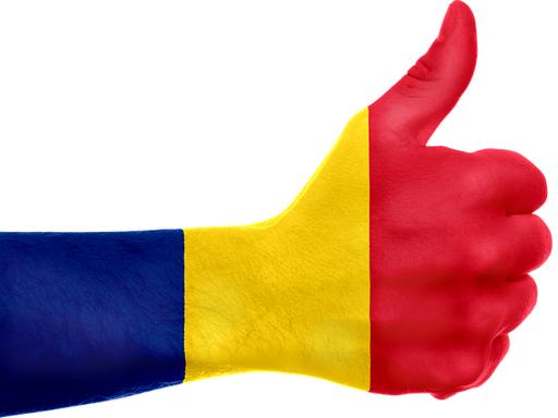 román színekre festett kéz felfelé tartott ujjal