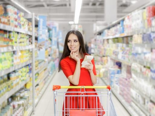 lány bevásárol boltban