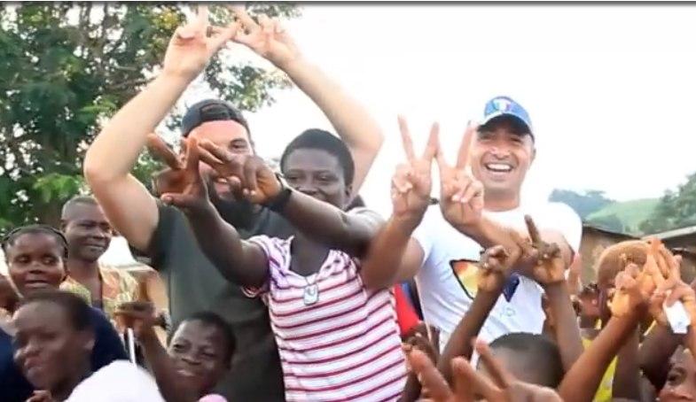 A Watly kezdőbetűje a W: a két olasz vállalkozó és az afrikai lakosok ezt a betűt mutatják ujjaikkal. (fotó: https://watly.co/)