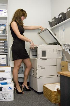 Na de hölgyem, nem kellene hosszabb ruhát viselnie a munkahelyen?! (fotó: freeimages.com)