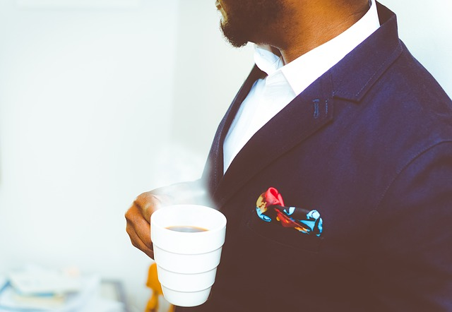 elegáns férfi kávéval