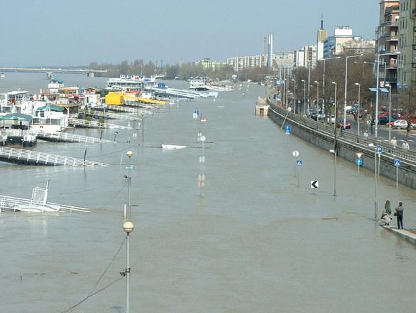 Túláradóan veszélyes. Tetőzik a Duna Pestnél. (fotó: freeimages.com)