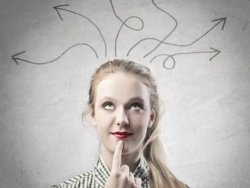 gondolkodó fiatal nő