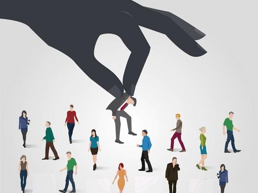 nagy kéz kiemel egy embert a tömegből