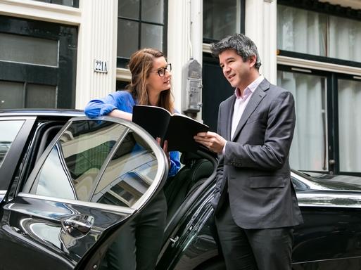 két ember egy autó ajtajában áll