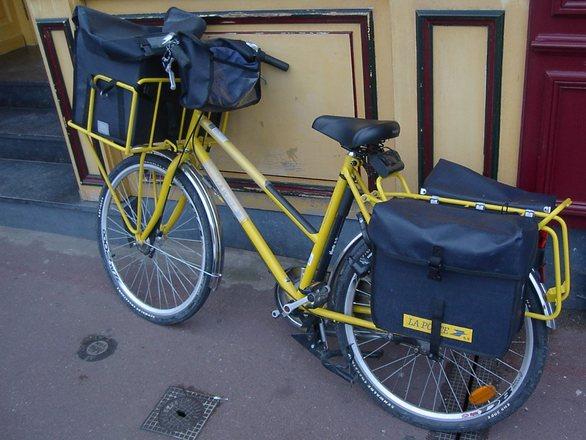 A postás biciklije is a múlt relikviája lesz? (fotó: freeimages.com)