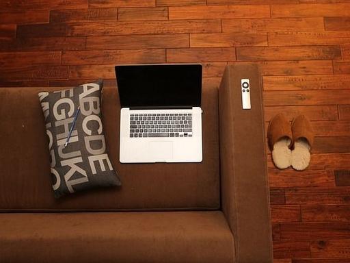 távmunka - laptop kanapén