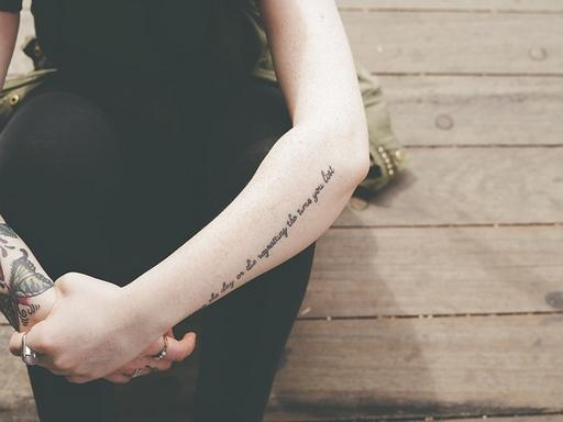 tetovált kar