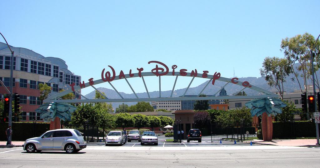 A Disney-székház a hollywoodi hegyek túloldalán, a San Fernando-völgyben lévő Burbankben. (fotó: flickr)