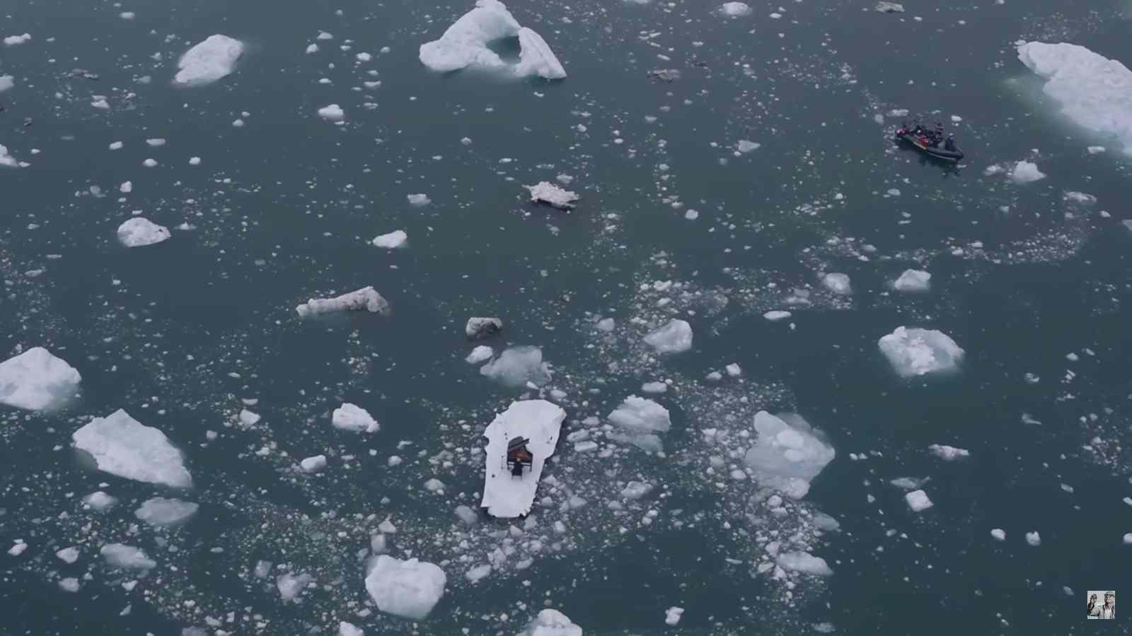 Több kamera filmezte: a kép jobb felső sarkában egy kis csónakban az egyik stáb látható