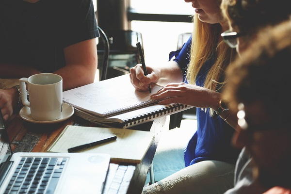 startup dolgozó fiatalok egy asztal körül