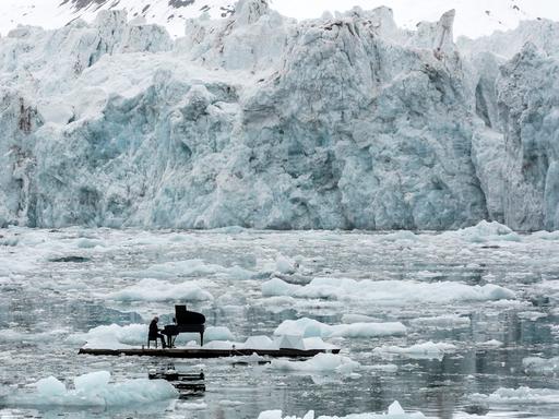 zongorakoncert jégtáblán a felmelegedés ellen