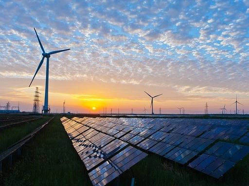 napelemek és szélerőművek