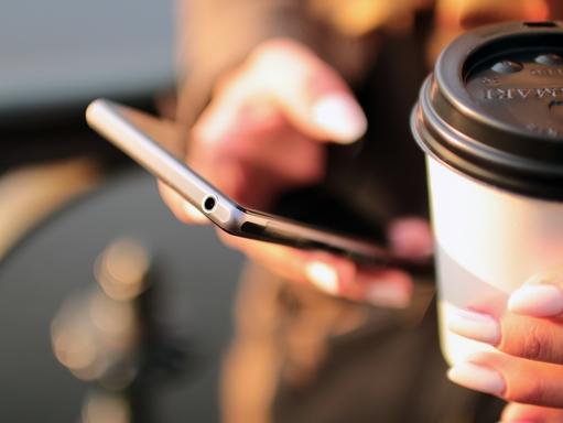 okostelefon mobil kézben
