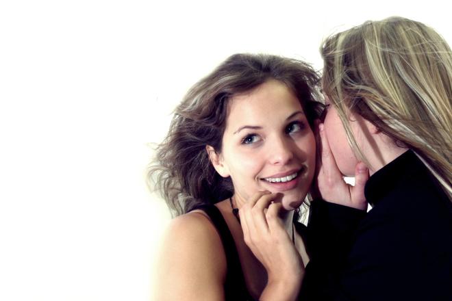 két nő sugdolózik