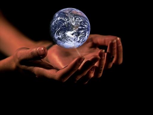 földgolyó kézben