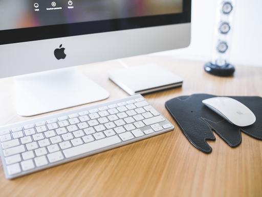 íróasztal számítógéppel