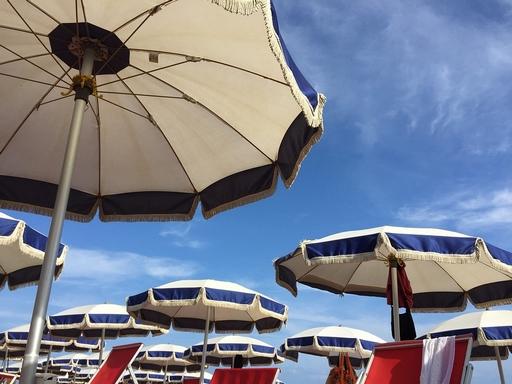 napernyők a strandon