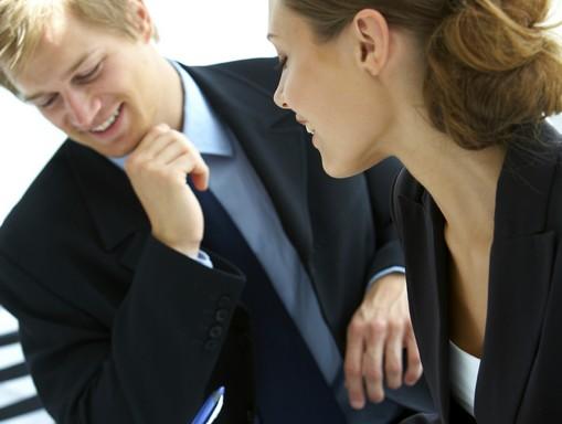 két ember beszélget egymásra figyelve