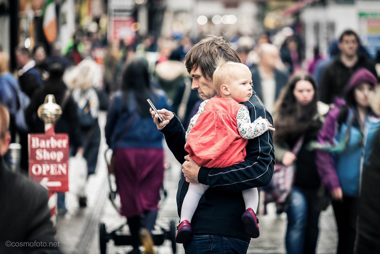 Szegény gyerek majd azért jár pszichoanalízisre, mert féltékeny a papa mobiljára.