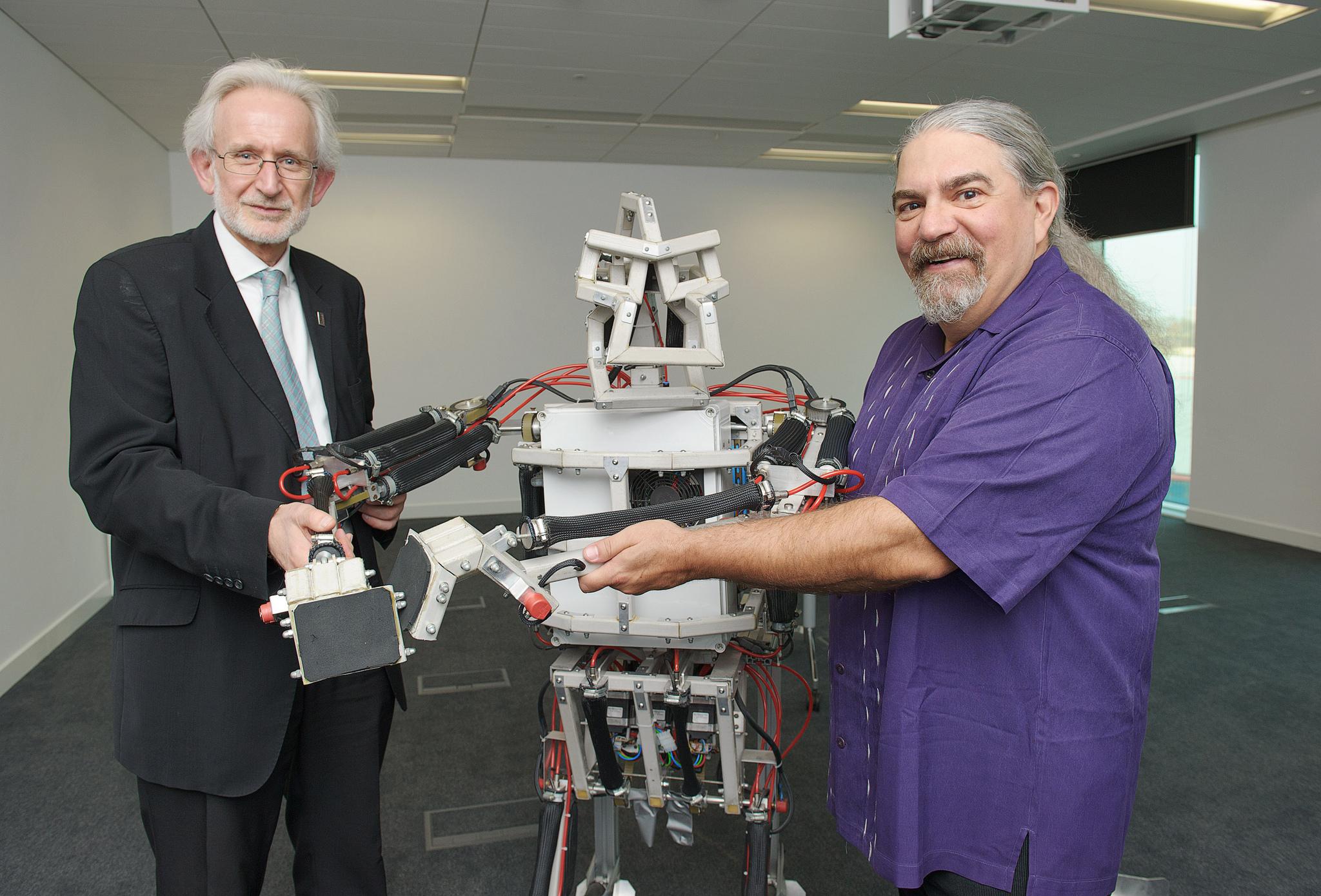 Nem az a lényeg, hogy robotokkal társalgunk a bankfiókban, hanem hogy algoritmusokkal automatizálják az eddig emberek által meghozott döntéseket (fotó: flickr)