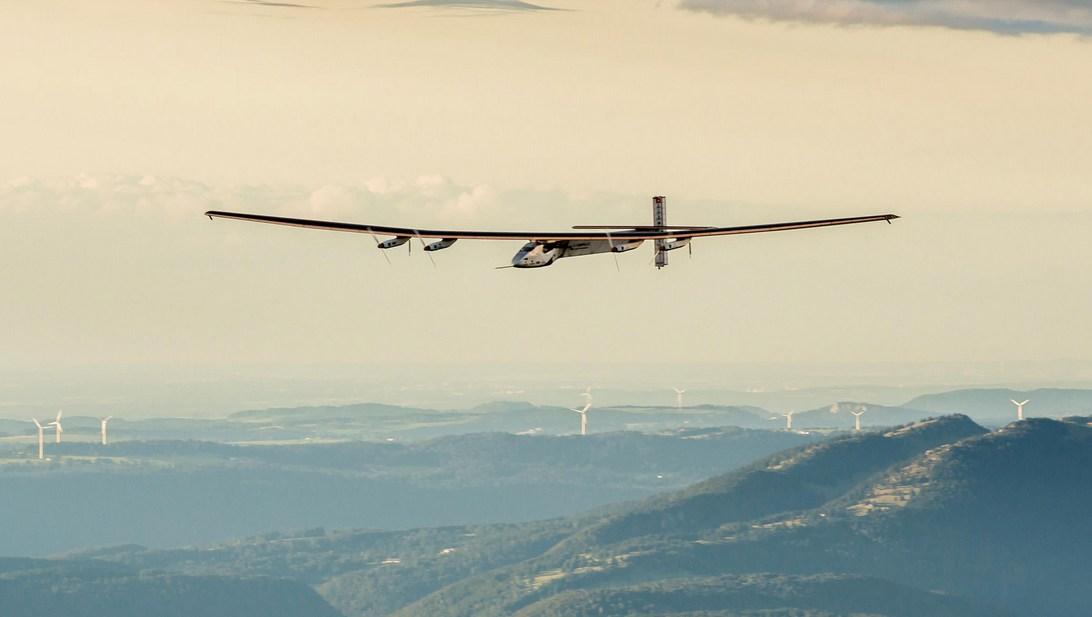 Nem kérem, ez nem egy szúnyog. Hanem egy nagyon vékony repülőgép. (fotó: solarimpulse.com)