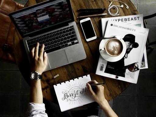 papíron és gépen író kéz