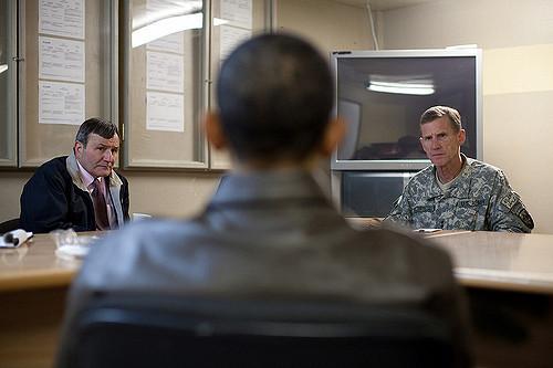 Jobbra Stanley McChrystal tábornok Afganisztánban. A tarkó a kép közepén Obama elnöké. (fotó: flickr/White House)