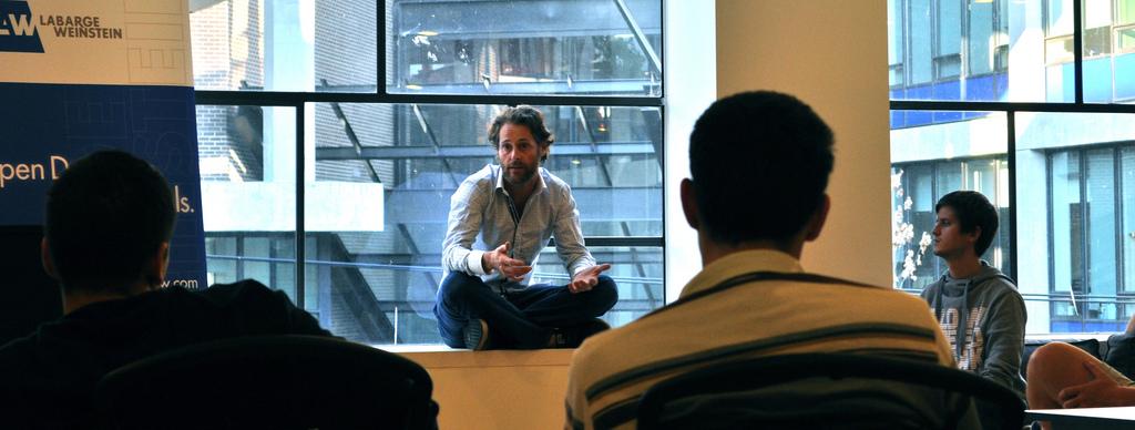 Ryan Holmes éppen startup-vállalkozókat mentorál. (fotó: flickr)