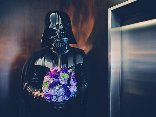 darth vader, kezében egy csokor virággal