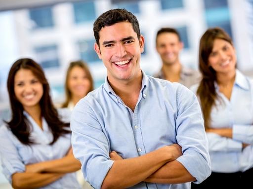 mosolygó fiatalok