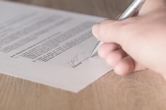 szerződést aláíró kéz