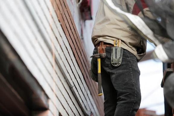 építkezésen dolgozó ember