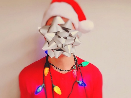 ember karácsonyi díszben