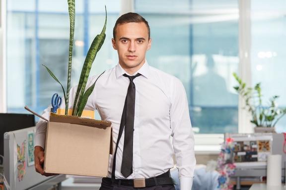 ember a cuccaival az irodában