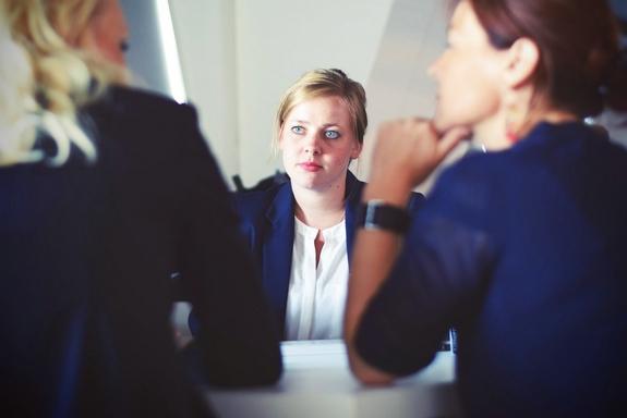 állásinterjú - beszélgetés a főnökkel-kirúgás