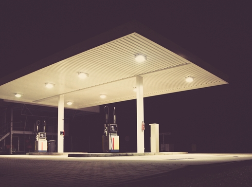 tankstelle bei nacht / petrol station at night