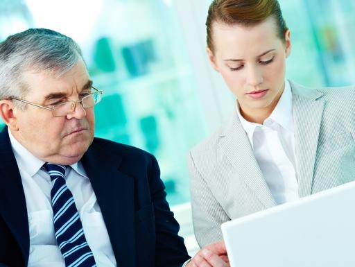 idős és fiatal munkavállaló együtt dolgozik