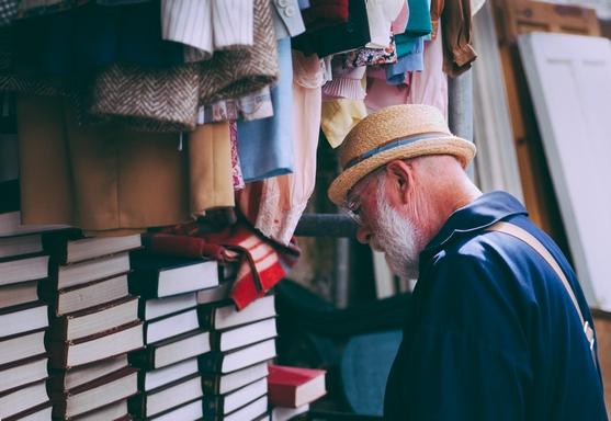 idős ember vásárol