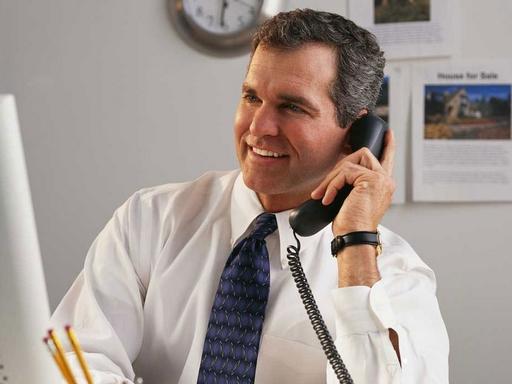 telefonáló ember