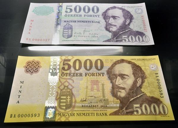 Budapest, 2016. november 14. Az új 5000 forintos bankjegy mintája (alul) az azonos címletû jelenlegi bankjegy mellett a Magyar Nemzeti Bank (MNB) fõvárosi székházában tartott sajtótájékoztatón 2016. november 14-én. Megújulnak a 2000 és az 5000 forintos címletû bankjegyek, az új bankók november 15-étõl válnak törvényes fizetõeszközzé, de a készpénzforgalomban csak 2017. március 1-jétõl lehet találkozni velük. A jelenlegi bankjegyek 2017. július 31-ig maradnak a készpénzforgalomban. MTI Fotó: Máthé Zoltán