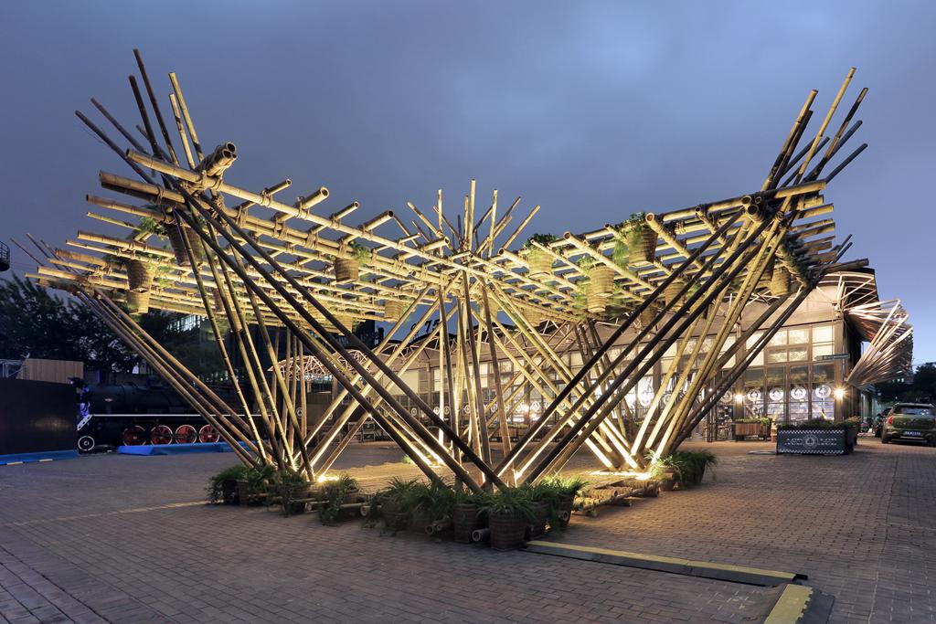 Masszív szerkezet, ugyanakkor billegősen földrengésbiztos