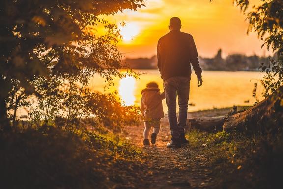 apa gyerekével sétál