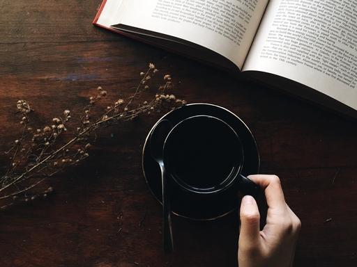 olvas kávéval